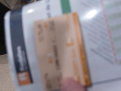 バルセロナ・サンツ駅 13時15分着 写真はかなりボケているけれど、サンツ駅→カタルニア広場駅の切符。 旅行前にQ&Aでも質問したけれど、  AVEに乗ると、バルセロナの在来線(セルカニアス=ロダリアス)は一定時間内の一定区間は無料になる。 AVEの出口と同じ階に在来線の乗り場があり、券売機でAVEのチケットに記載されているQRコードを読み取らせるかコードを入力し、行先を指定して発券する。  私はその場にいた案内スタッフの方にプリントアウトしたAVEのチケットと、行きたい駅を伝えて券売機で発券して貰った。 そのスタッフは、8番ホームに停車する全ての列車に乗って大丈夫(R1,R3,R4) 1つ目がカタルーニャ広場駅と丁寧に教えてくれた。  サンツ駅からカタルーニャ広場駅まで日中は3~9分間隔、4分で到着するのでかなり早い。1駅なので地下鉄に比べてスリにあう危険度も低い。ヨーロッパにありがちだけど、乗降の段差があったから、スーツケースの重さ次第かも。サンツ駅はエスカレーター、カタルーニャ広場駅では階段を利用した。
