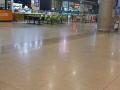 まだ早朝の5時半頃にホーチミンタンソンニャット空港到着。混んでいないので、6時にはターミナルの外に出られました。
