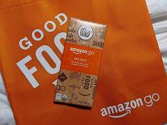 ■「amazon go」限定チョコレート  レジの無いコンビニ、「amazon go」限定パッケージのチョコレート。 3.49ドルとちょっとお高め。 不織布のショッピングバッグは99セント。  (amazon goにて)