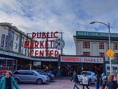 再び「Pike Place Market」に戻ってきました。 このマーケット、案外広くて、まだ見ていない場所もあるので。