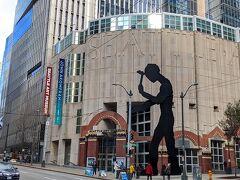 一旦、マーケットを出て、「シアトル美術館」の外観だけ写真に撮りにきました。 大きな人型のオブジェは腕が動くので目を引きます。