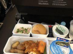 2/8(土) キャッセイパシフィック航空 成田10:35-香港15:00 ここのところずっとLCCばかり利用していましたが、今回は初のひとり旅なので、価格よりも安全性と時間的にも良い信頼のキャッセイをチョイスしました。  航空券は個人手配で¥54000でした。(LCCから比べるとだいぶ高い) 映画などを観たりしてたらあっという間に到着しました。 機内乗客はやはり日本人はかなり少なくて、空席もちらほら。ほとんどは香港の人や中国系の人達や他のアジア系の人達に見受けられました。