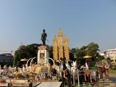 ランナー王国の建国者、メンラーイ王の像が見えてきました。周囲を大小様々な動物の像に囲まれているのが印象的です。この像を目印に、進路を南から西に変え、有名な寺院が並ぶエリアを目指します。