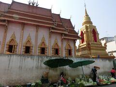 予定していた寺院の見学を終えて、ホテルに戻る途中、地元の人々で賑わっている市場のエリアに通りかかりましたが、路上で野菜などを売っているその背後にも、大きな寺院の姿が見えました。