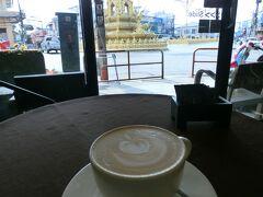 残り僅かの時間、時計台の交差点に面したカフェ「Pangkhon Coffee」で、町のシンボル時計台(の根元)を眺めながらチェンライの思い出に浸ります。こちらの店は、地元産コーヒー豆の使用を前面に打ち出していることもあってか、これまでチェンライで飲んできたコーヒーの中では最も個性が感じられる、スパイシーな香りがしました。