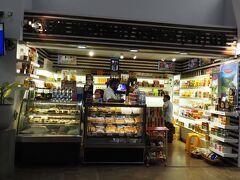 バンダラナイケ国際空港です。一般区域にレストランは無く、この店か