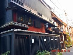 料亭が並びます。 手前は、『きく家本店』http://ningyocho-kikuya.jp/