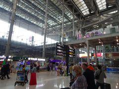 定刻より早い12:30頃にバンコクに到着。 機内で入国カードを貰えなかった上に、アフリカ・南米から到着した場合はヘルスコントロールのカウンターで健康状態の申告とイエローカードの提示が必要とのことで並び直しとなり、入国できたのは13:25頃でした。