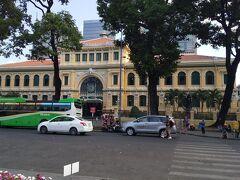 大聖堂とセットになっている、中央郵便局。こちらもコロニアル調の絵になる建物てす。