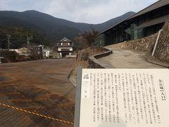 続いて金石城跡方面へ 写真地点が入口だったとのこと(^_^) 右手に見える建物は、現在休館中の「対馬歴史民俗資料館」