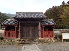 さて。 ほどなく見えてきたのが対馬藩主宗家の菩提寺「萬松院(万松院)」の山門 こちらのお寺には、日本三大墓所のひとつとも言われる、宗家の墓所があることで有名(*^。^*)