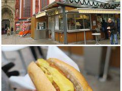 レジデンツをあとにし、マルクト広場の有名なホットドッグ屋さんブラートヴルストに行きました。 1つ2.5ユーロで小ぶりなパンにソーセージを半分に折ったものが入っています。 マスタードをかけてもらい、ぱくりっ! うーん美味しい!ソーセージが揚げ焼きみたいな感じになっていていい食感。 小腹が空いた時の軽食にもってこいです。