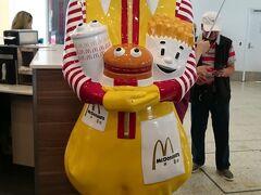 空港でツアーの皆様が集まる間に近くをぶらり。 マクドナルドさんこんにちは。