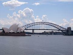 シドニー観光開始です。 オペラハウスを近くで見てから、ミセスマッコリーズポイントへ。 ここはオペラハウスとハーバーブリッジを見るのに最高の場所です。 青空になってきました! 雨予報なのに晴れています!嬉しい♪