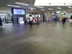 宮古空港に到着すると、椅子が無い!  お客さん増えて立つ場所もなくなったということでしょうか。
