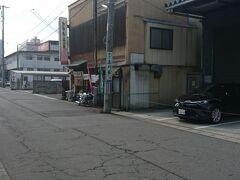 右側に「そば処品川家」があります。文翔館からすぐにくることができます。