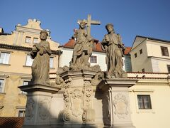 カレル橋(Karlův most)  聖コスマスと聖ダミアヌスの像(1709年マイヤー作)  「カレル橋」は1402年に造られた、全長約520m、幅約10mのプラハで最も古い石橋です、、 聖人の像が橋の左右に15体づつ、、全体で30体、、 その聖人像を眺めながら、、カレル橋を渡り、旧市街地へ向かいます~♪