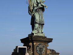 カレル橋(Karlův most) 聖ヤン ネポムツキー(1683年ブロコフ作)  目印は5つの金の星、、 カレル橋の像の中で最も古い像で、唯一の銅像でもあります、、 14世紀後半の人気のある聖人で、 「ヴィート大聖堂」内にバロック様式の銀のお墓があります、、 当時の王ヴァーツラフ4世を怒らせたヤン ネポムツキーは拷問を受け、最後にはカレル橋の上から投げ捨てられ、命を落とします、、 王の命に屈する事なく、司祭の任を全うしたのだそうです、、  台座部分のレリーフに刻まれた聖人をなでると幸運が訪れると言われていて 多くの観光客が集まっていました、、