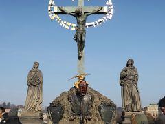 カレル橋(Karlův most)  ブロンズの十字架・受難の像(1628年ヒルガー及びマックス作)  kuritchiが一番楽しみにしていた、、受難の像 キリストの十字架の土台の左右には聖母像&聖ヨハネ像、、  制作当初は十字架はブロンズではなく、木製だったのだとか、、