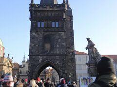 カレル橋(Karlův most) 旧市街橋塔  旧市街地側の塔に到着、、 塔手前の像は 聖イヴォ(1711年ブラウン作) 聖イヴォはフランス・シャルトルの司教 教会法の発展に決定的な影響を及ぼした『教令集』『三部作集成』『教会法典集』の著作者