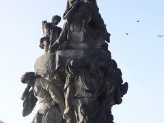 カレル橋(Karlův most) 聖フランシスコ ザビエル(1711年ブロコフ作)  日本でも有名なフランシスコ ザビエル像、、 イエズス会創設者の一人 ご存知の様にインドやアジアにキリスト教を伝えました、、 ザビエル像を支えているのはインド人や中国人(?)