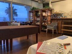近くに何もないところなので夕食付きのプラン 1階のレストランで ふつう1泊目は郷土料理のコースということでしたが前日までに変更すればイタリアンも選べます。  朝食がビュッフェでなくて奄美の朝食とのことだったし口コミでも「洋食がおすすめ」とのことだったので変更しておきました。