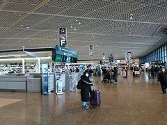 2/6(木)  早朝6時過ぎに出発。 松山→羽田→成田と移動。 新型肺炎の影響なのか?お昼前の成田空港も何となく人出が少ない気がします。 楽天プレミアムカードの付帯で事前に送っていたスーツケースを受け取りチェックイン。