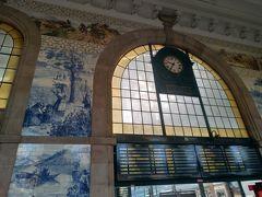 ポルトカードを購入する為にサンベント駅へ アズレージョと時刻表 駅なのに観光名所