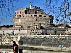 バスでテヴェレ川沿いを走ると、城塞サンタンジェロ城が見えてきました。約700m離れたサンピエトロ寺院と城壁上の通路で結ばれています。 135年ハドリアヌス皇帝が建設を開始し、アントニヌス・ピウス治世の139年に完成した建物、現在博物館として利用。