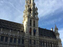 グランプラスで一番美しいとされる、ゴシック建築の「ブリュッセル市庁舎」  左右対称に見えて、実は違うんだそうです。 塔の左と右はそれぞれ違う年代、建築家によって建てられたのでちょっと異なっているみたいだけど、私にはどこがどう違うのか??