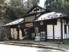 箱根関所資料館 番人がふたり立っていて、物々しいです!!