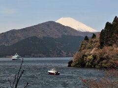 真っ白い富士山と遊覧船と芦ノ湖 とても穏やかな景色です。