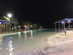 まだまだ暑いのでラグーンで泳いでいる方もチラホラ。
