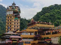 で、選択したのが、これ。 チベット寺院。 Grabで20分ほど。 ドライバーがここを見て、「ここは初めて来たけど、良い寺だね!」と言っていた。  ということで、よし、あれ上るぞー。 …と、最近は、500段以上裸足でという条件ですら躊躇なく上り始めるようになったので、あれぐらいの塔は全く何でもない(←以前だったら、どうしよう…と迷っただろうけど)
