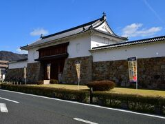 田辺城復興城門。 濠だった場所に建てられている。 濠は全て埋め立てられており、道路の端に城風の建物がある感じ。