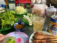 気を取り直して昼食。 ベトナム中部の名物「ネムルイ」が食べたくてスパでおススメを聞いたところ、 「Banh Xeo Ba Duong(バインセオ・バーユン)」というお店を教えてくれました。 それはぜひ、と思いGrabで遠征。調べるとかなり人気のお店のようでした。 でもこの写真のお店はバーユンではありません。 そのお隣のお店です。 バーユンがあるのは細い路地の突き当たり。 突き当たるまでに似たようなお店がいくつかあり、まんまとその似たようなお店に入ってしまいました。 でも悪くはなかったです。