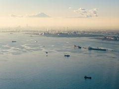 羽田空港へ。 東京湾からの富士山、浮世絵みたい。