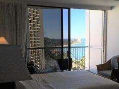 <シェラトンプリンセスカイウラニ>  ラナイに近くなると、海が見えます。 ベッドに寝ながら海が見えるって贅沢(^^)