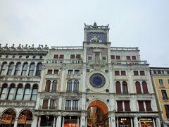 15世紀末に完成したサンマルコ広場の時計塔  大理石で作られた機械仕掛けの天文時計です。