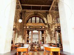 世界最古のカフェというふれこみのカフェ・フロリアンに到着。 1720年創業だそうで、歴史があるカフェですね。 テラスでもいいけど、せっかくなのでここは店内で。ワンコもOKでした。