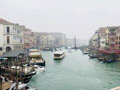 橋の上からグランカナルを眺める。これぞベネチア!な光景ですね!