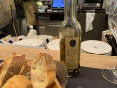 ボンマルシェに気になっていたメゾンドトリュフのイートイン発見!  まだ5時すぎだけど夕食をここで食べて行くことに。トリュフオイルにパンがおいしすぎる。