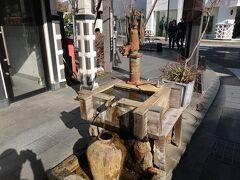 美ヶ原温泉行のバスまで少し時間があるので、中町通りを散策。 こんな古い手押しポンプが残ってるんですね。まだ現役なのかな。