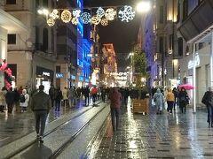 雪がちらついて寒いにも関わらず多くの人が歩いてました。
