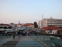 ホテルからはタクシーでローマ広場に到着。車が入れるのはここまでなので、みな船に乗り換え。