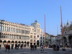 ベネチアの街の散策へ。朝の、まだ静かなサンマルコ広場。カーニバルのオープニングイベントはこの日の夜なので、まだオープニング前です。