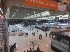 夜の成田空港です。カンタス航空のチェックインカウンターは長い列をなしていました。外国の方はみなさん大きな荷物でしたので、日本でスキーを楽しんでいたのでしょうか。 第一ターミナルは久しぶりに来ましたが、女性用の更衣室(南半球へ行くときは更衣室で着替えて上着をスーツケースに仕舞っている)は第二ターミナルの方がよかったな~