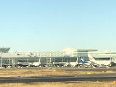 羽田空港に定刻より5分ほど遅れて到着。  良く見れば、富士山が綺麗に見えます。この日は、1日中快晴でした。