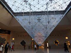 朝、ワンコと私で9時くらいにルーブル美術館へ撮影に出かけました。ワンコの散歩がてら写真撮影です。駅直結のモールにある美術館入口のそばの逆さピラミッド