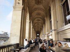 朝食はルーブル美術館の回廊にあるカフェで。すてきなテラス席もいいけど、寒いので中へ。